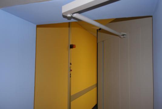 Swing door with connecting arm between the door leaf and the mechanism.